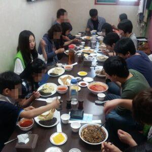 Equipe PSCORE partageant un repas au restaurant.