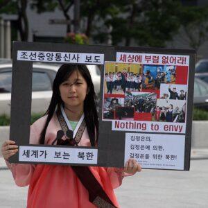 Stagiaire de PSCORE durant une campagne de sensibilisation aux droits de l'homme des Nord-Coréens.